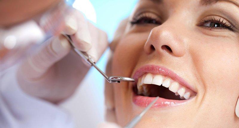 Tái khám khi niềng răng không mắc cài